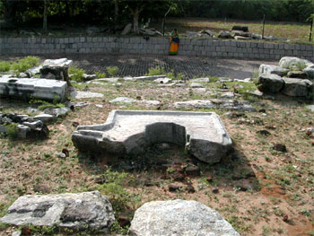 The remains of garbha-griham with the broken avudai, Aivar koil, Kodumbalur